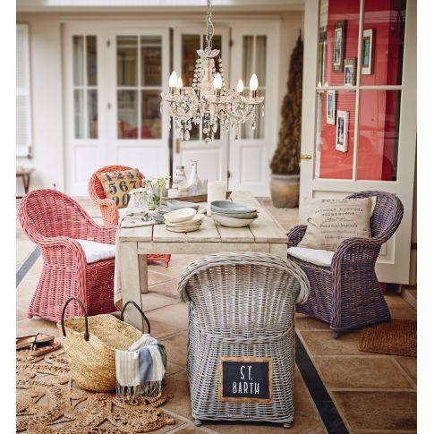 Romantischer Beach House Style im charmanten Shabby Chic - dank Washed-Lackierung verbreitet dieser stilvolle Sessel mit weichem Sitzkissen sowie mit originellen Schildern und Prints von Küstenstädten auf der Rückseite wunderschön maritimes Ambiente.