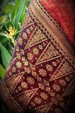 "Songket Sambas or Kain Sambas or ""Kain Bannang Ammas"".   Dulu benang emasnya terbuat dari benang emas colok, yang ringan, tahan lama dan warnanya tdk cepat pudar. Dengan motif ""Pucuk Rebung"" menjadi salah satu ciri khas Kain Sambas. Orang Sambas menyebut nya ""Suji Bilang"". Tunas bambu muda yang berbentuk segi tiga memanjang dan lancip ~Photo taken by Nurinda Saumananda with S4 samsung,  January 2014."