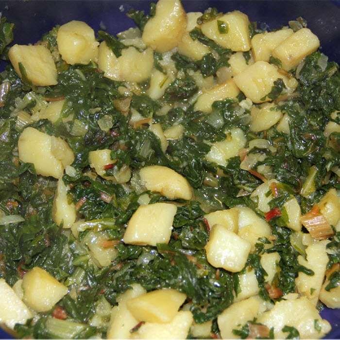 Snijbiet met aardappelen, een Kroatisch recept Is te serveren  met vegetarische burger of andere vleesvervanger.