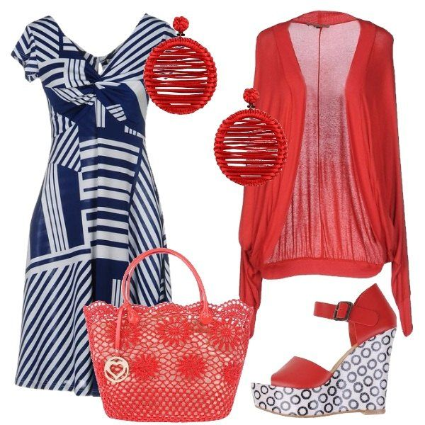 Il vestito bianco e blu a fantasia geometrica ha piccole maniche, scollo a V e un tessuto che si adagia al corpo esaltando la figura. Lo abbiniamo al cardigan in cotone rosso senza bottoni e con le maniche a kimono. Ai piedi sandali rossi con fascia e zeppa bianca con cerchi blu e come borsa una shopping bag rossa stile uncinetto con fiori e decori dorati. Per finire orecchini in tessuto rossi con cerchio pendente.
