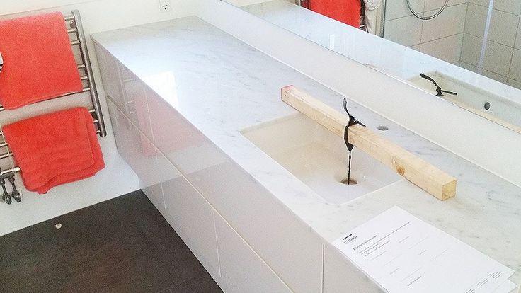 Vi säger det ofta men marmor i små doser kan vara så effektivt när man vill lyfta ett rum. Här valde vår kund marmor i badrummet och det blev så himla snyggt! Vi har sett många som har valt mässingsdetaljer - som handfat eller kanske kran - det blir toksnyggt!  #design #inredning #kök #natursten #stockholm #göteborg #malmö #natursten #marmor #granit #badrum #carrara
