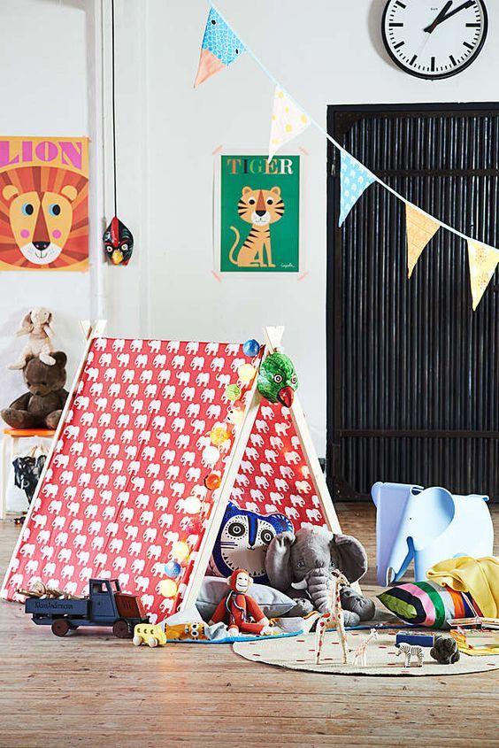 Schlechtes Wetter und einfach nicht genug Platz zum Toben im Kinderzimmer? Kein Problem, unser mobiles Kinderzelt bringt auch in kleinen Räumen viel Spaß für große und kleine Abenteurer! Wir zeigen Dir wie Du das Zelt ganz einfach selbst bauen kannst.
