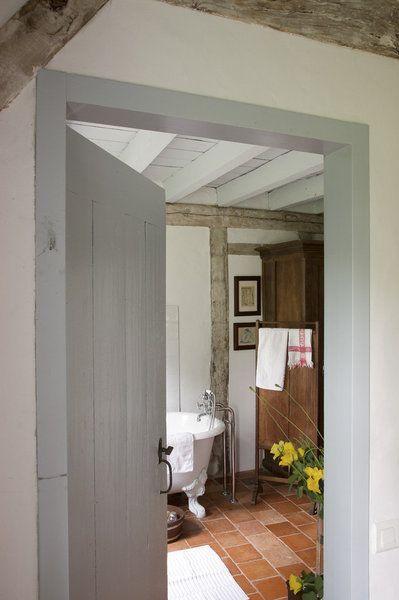 La porte et son encadrement ont été repeints en gris palombe, le gris des Landes. Ancien paravent détouré en porte serviette, linge de toilette ancien.
