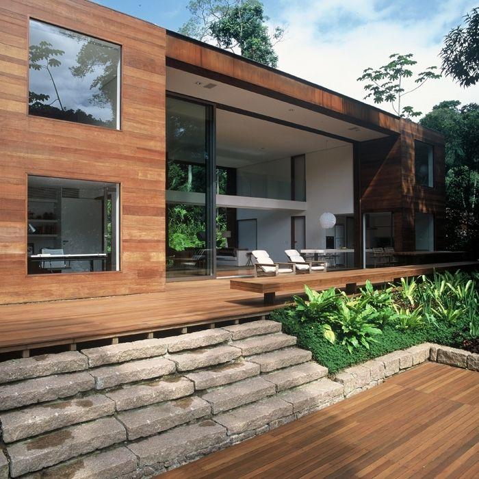 Destaque para o pé direito duplo interno que se estende a varanda, e o tom da madeira contrastando com o verde da natureza. Residência projetada por Studio Arthur Casas❕