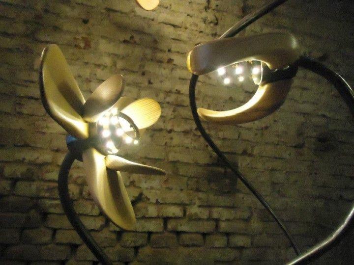 En el taller un día cualquiera, se materializó en mis manos un artefacto luminoso de aspecto industrial, con pedazos de maderas, fierros, cables de acero. Un objeto curioso, que iluminaba y se iluminaba a si mismo mientras conservaba las transiciones de la luz.   Me cautivó.