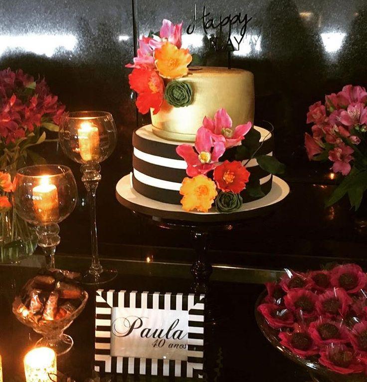 Bolo listrado preto e branco com dourado e flores coloridas. Bolo Casal Garcia.