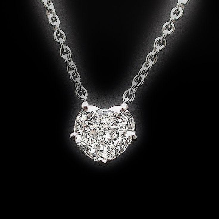 à vendre : 2980€ Collier Pendentif Diamant Coeur de 0.81 Cts E-VS1 . Or 18 Cts. serti 5 griffes avec un diamant Coeur naturel de 0.81 carat  Couleur : E (Blanc exeptionnel)  Pureté : VS1 (Très petites inclusions)  Poids brut : 3.50 gr  Dimensions Pierre : 6.9 mm x 6.3 mm  longueur totale : 41 cm  livré avec certificat de laboratoire LFG  Mise à taille offerte  Prix neuf du diamant seul : 5733 €