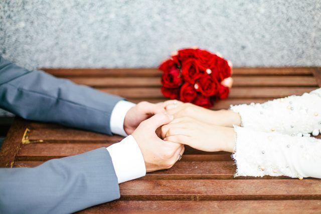 Kalau semua suami Romantik seperti Nabi nescaya tak ada Kes Cerai di Malaysia.   Kalau semua suami Romantik seperti Nabi nescaya tak ada Kes Cerai di Malaysia.  Nabi SAW adalah orang yang penyayang lagi lembut. Baginda orang yang paling lembut dan banyak menemani isterinya yang sedang mengadu atau sakit.  Jika ditanya siapakah lelaki yang paling romantis dan contoh teladan terbaik dalam hidupm. Lalu siapa yang berada dalam fikiranmu duhai wanita?  Suami saya! Dialah hero dan penyejuk hati…