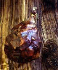Butelo (Bragança): carne, gordura, ossos e cartilagens de porco de raça Bísara, com sal, alho, colorau e vinho.