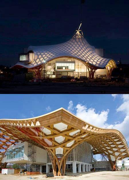 Centro Pompidou,Metz ( Francia) 2010.Shigeru Ban, Jean de Gastines, Gumuchdjian Architects. El techo ondulado, laminado de madera, rodea la estructura de una torre de metal. Se cubre con una cubierta de fibra de vidrio translúcido