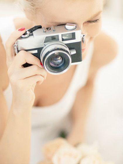 Fotos, die auf der Hochzeit geschossen wurden, sind ein tolles Andenken für Brautpaar und Gäste. Kleiner Tipp: einfach Einwegkameras auf den Tischen platzieren und die Gäste zu einer Fotochallenge auffordern. Mehr Hochzeitsspiele findet ihr auf stylight.de