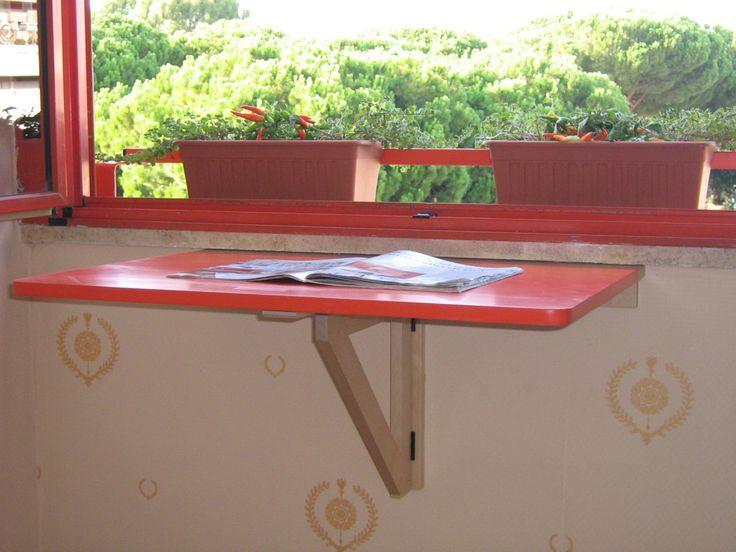 Il tavolo-scrivania, chiuso, si addossa alla parete e non occupa spazio; aperto, diventa una mini zona studio o lettura che, essendo collocata sotto la finestra, sfrutta la luce solare.