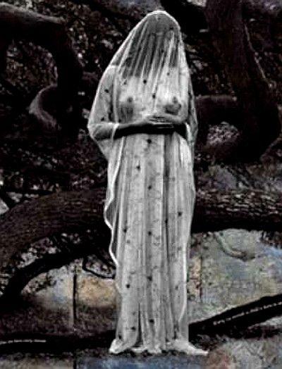 La Leyenda de la Llorona. El antecedente mas conocido de la leyenda de la llorona tiene sus raices en la mitologia Azteca. Una versión sostiene que es la diosa azteca Chihuacóatl, protectora de la raza. Cuentan que antes de la conquista española, una figura femenina vestida de blanco comenzó a aparecer regularmente sobre las aguas del lago de Texcoco y a vagar por las colinas aterrorizando a los habitantes del gran Tenochtitlán. Será?