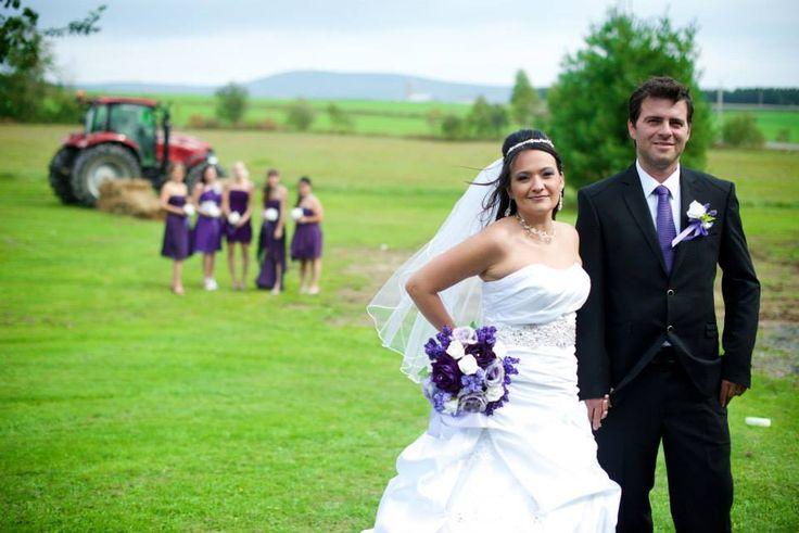Photographie de mariage en plein air, avec les demoiselles d'honneur en arrière-plan.  carolinejacquesphotographe.com