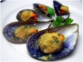 Mexilhões gratinados com alho e salsa
