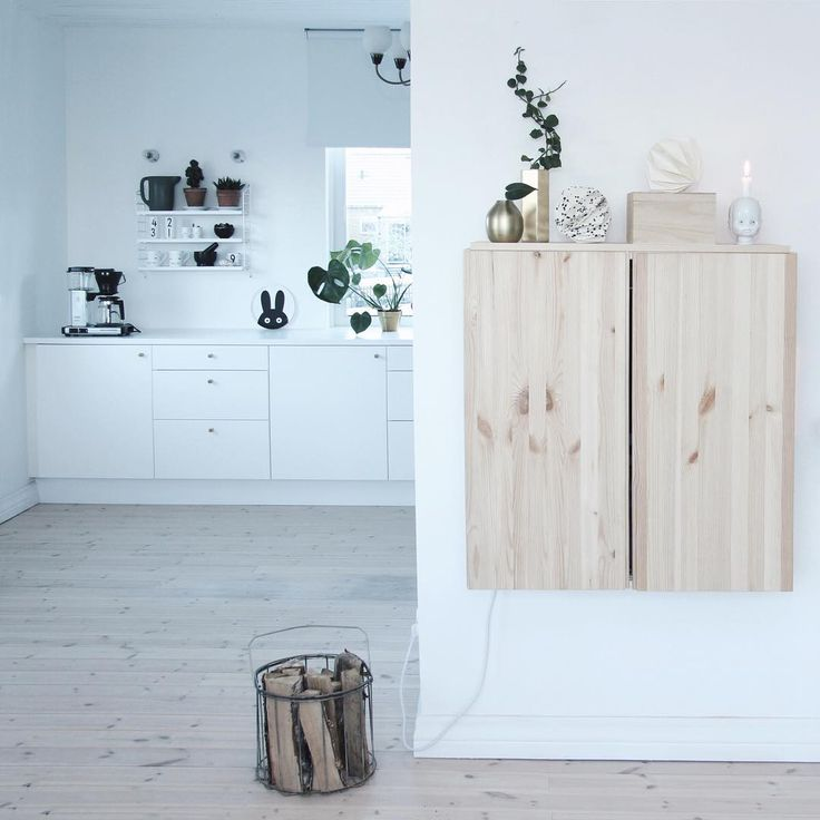 HELLER HOLZBODEN + WEISSE KUECHENZEILE + IKEA IVAR WANDSCHRANK ALS STAURAUM