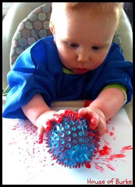 Geef het kind bescherming voor de kleren en zet hem in een hoge (eet)stoel. Geef het kind een bal en laat het kind met de stempelen met verf op een papier.