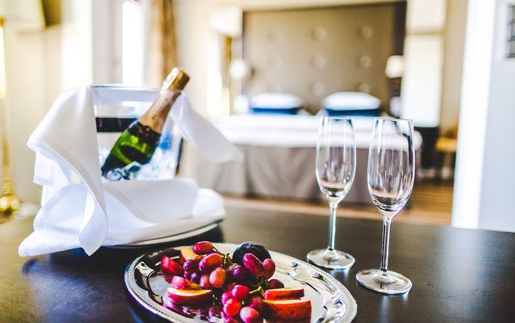 Kylpylähotellin uusi DeLuxe-huone sopii hyvin hääparille - vietä romanttinen hääyö tai vuosipäivä kylpylässä. Kuva: LilyChristina Photography