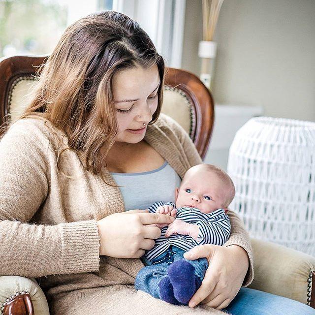 Kleine Vincent had vorige week zijn eerste fotoshoot bij tante Chantal natuurlijk.  Het was een donkere, koude en vooral regenachtige dag. Dit maakt het fotograferen een stukje moeilijker, maar niet onmogelijk. Op de foto's zie je niet dat het buiten onwijs slecht weer was, toch?  Ik ben zelf ook achter de camera vandaan gekomen om met dit prachtige ventje op de foto te gaan. 😍  #trotsetante #neefje #baby #fotograafalkmaar #babyfotoshoot #ditisvincent #kleineneefje #proudauntiemoment…