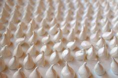 Meringue maken moeilijk? Onzin. Met deze 5 regels voor goed eiwitschuim lukken meringues en schuimpjes altijd. Meringue wordt ook wel pavolova genoemd.