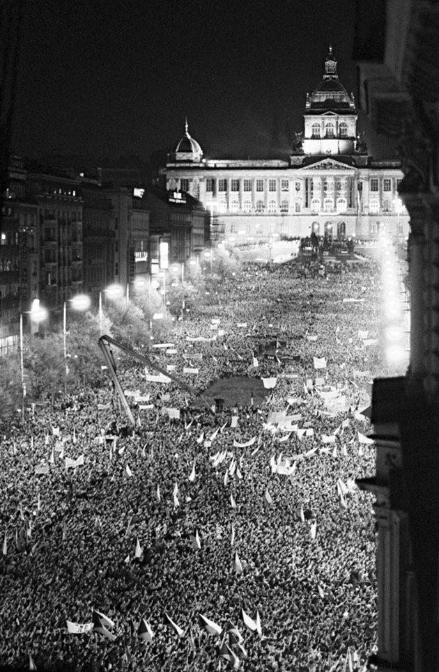 """Václavské náměstí, 23. listopadu 1989. Největší shromáždění ,kde bylo na 300 tisíc demonstrantů. (""""Velvet revolution"""", November 1989)"""