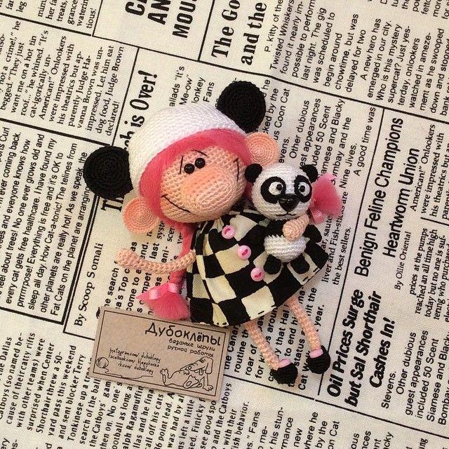Маленькая девочка и ее приятель панда шлют всем горячий привет. Детишки продаются, 1300₽ + пересылка. Хлопок, ручки-ножки гнутся, шапка и тапочки снимаются. Рост барышни - 10см, зверя - 4см. Деточки очень ждут ваши письма на klepukova-e@yandex.ru или вотсап 89636263034 #дубоклёпы #панда #кукла ☆
