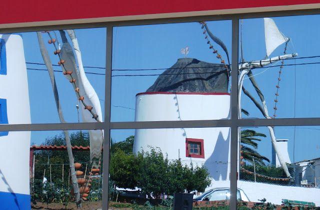 Lourinhã - Atalaia - 1 de julho Festa do pão do moínho - Travessa dos Moinhos... Uma imagem de moinhos espelhada numa vidraça...- blogueforanadaevaotres.blogspot.pt