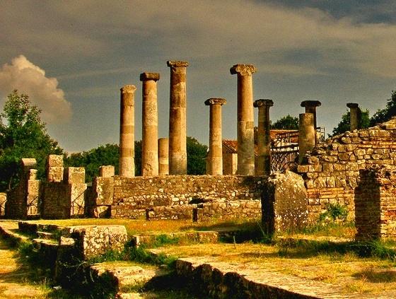 ALTILIA SAEPINUM I resti della città di Sepino, antico punto di scambio in epoca imperiale, convivono con le vite del presente in un paesaggio magico e senza tempo.
