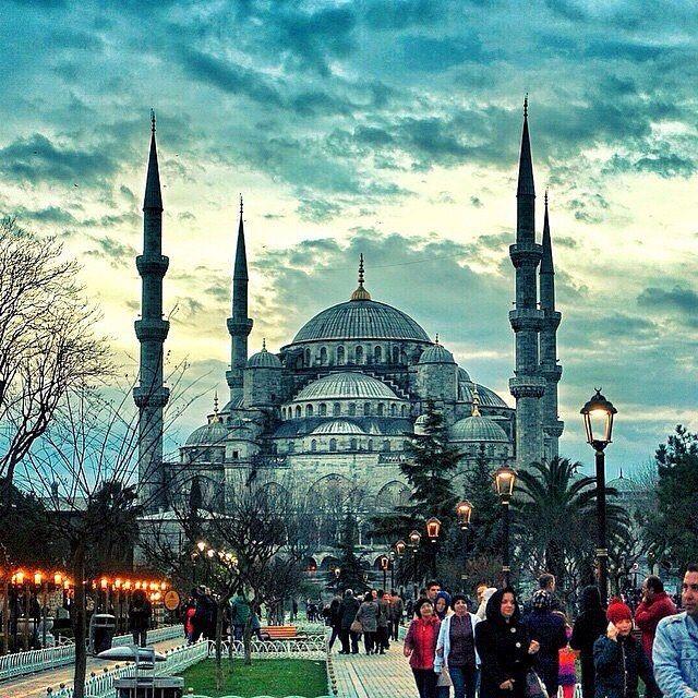 Em Istambul é assim! Essa é a Mesquita Azul, uma das construções mais imponentes da capital turca. ✌️ ⠀ ⠀ ➡️ Descubra lugares incríveis, acesse: GuiaViajarMelhor.com ✈️ ⠀ #guiaviajarmelhor #muitosdestinos #ferias #vacation #turismo #trip #dicasdeturimo #viagens #achados #amoviajar #mochilao #blogdeviagem #gopro #queroviajar #mochilando #meusroteirosdeviagem #blogsdeviagem #partiu #viajando #queroferias #instatravel #instatrip #travelgram