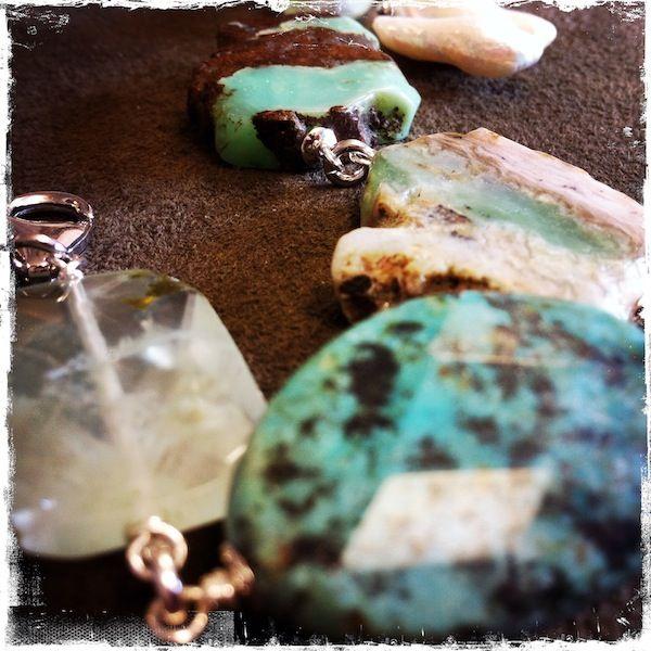 Bracciale con prehnite, turchese, crisoprasio, sunjade e perla di fiume, elementi in argento