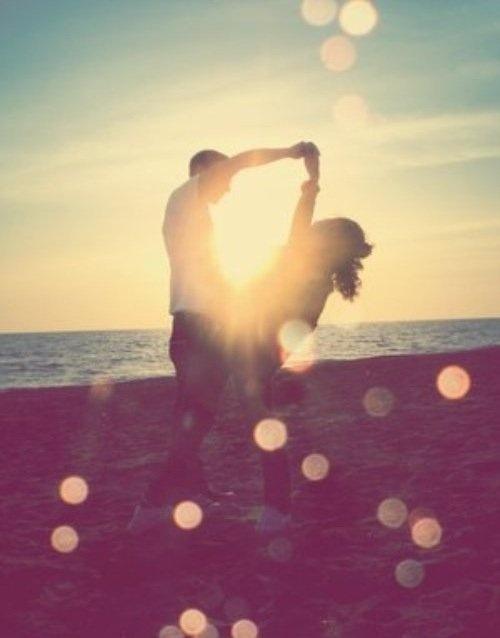 Ballare sulla spiaggia fino all'alba