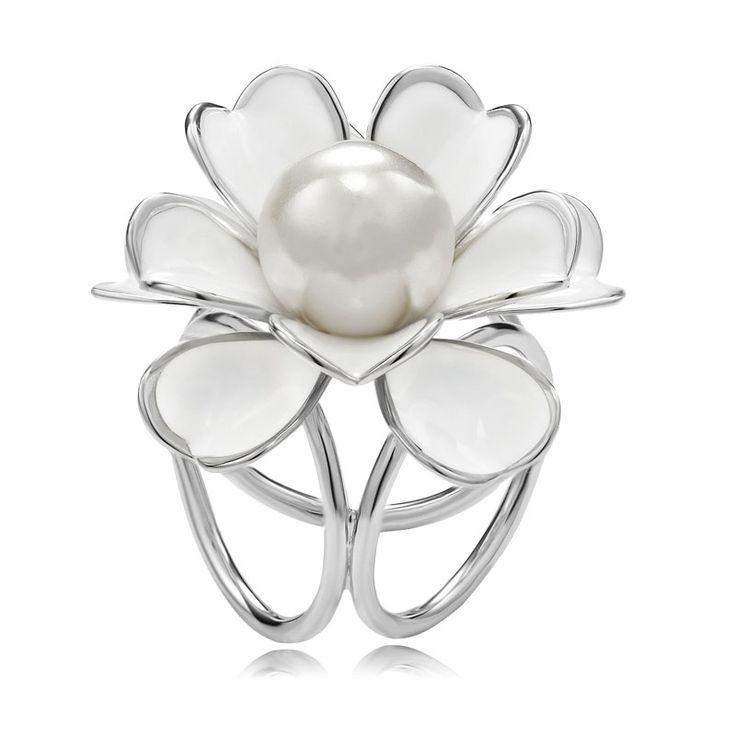 Unikátna ozdoba s názvom Biela perla v podobe nádherného perlového kveta. Prstenec je krásny ako na obrázku. Perla má prvotriednu kvalitu a je vysoko odolná. Je takmer nemožné ju poškriabať. Biela perla obsahuje trojitý krúžok na zadnej strane, aby bolo možné uviazať ho na hodvábnu šatku alebo šál. www.mariejean.eu
