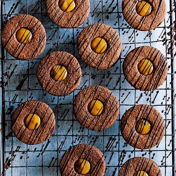 Heerlijke chocokoekjes met in het midden smeuïge, sticky gezouten karamel. Mmmm… Je hebt twee ronde uitsteekvormen nodig (liefst een van 6 en een van 3 cm) voor het beste resultaat.    1 Meng voor de koekjes de bloem, gemalen amandelen, het...