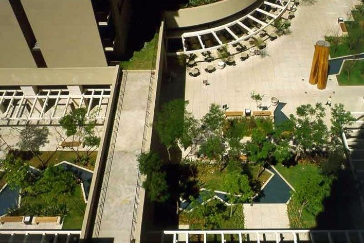 Brascan Century Plaza, praça de acesso coletivo, Itaim Bibi, São Paulo. Arquitetos Jorge Konigsberger e Gianfranco Vannucchi