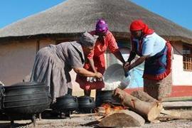 In tradisionele Xhosa-statte word daar kommunaal kos gemaak in 'n 'buite'-kombuis.