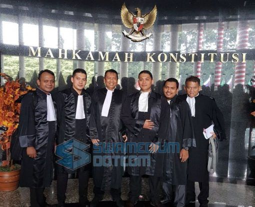 Berita Islam ! Perppu Ormas Sasar Umat Islam Lindungi Komunisme... Bantu Share ! http://ift.tt/2xpcCFZ Perppu Ormas Sasar Umat Islam Lindungi Komunisme  Sidang permohonan uji formil dan uji materil terhadap penerbitan Perppu nomor 2 tahun 2017 tentang penggantian UU Ormas yang diajukan oleh perwakilan Umat Islam telah memasuki persidangan kedua di Mahkamah Konstitusi (MK) Jakarta Selasa (22/8). Pada persidangan hari ini pemohon melengkapi satu bukti yang diajukan yaitu kartu anggota H…