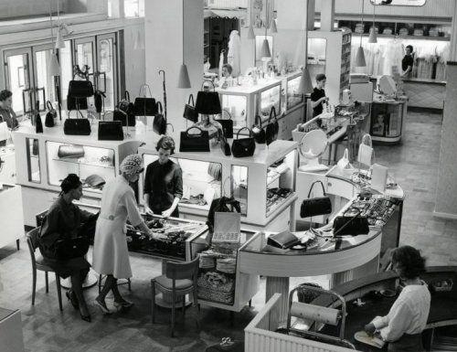 Interieur van de modezaak hirsch tassenafdeling for Interieur stage amsterdam