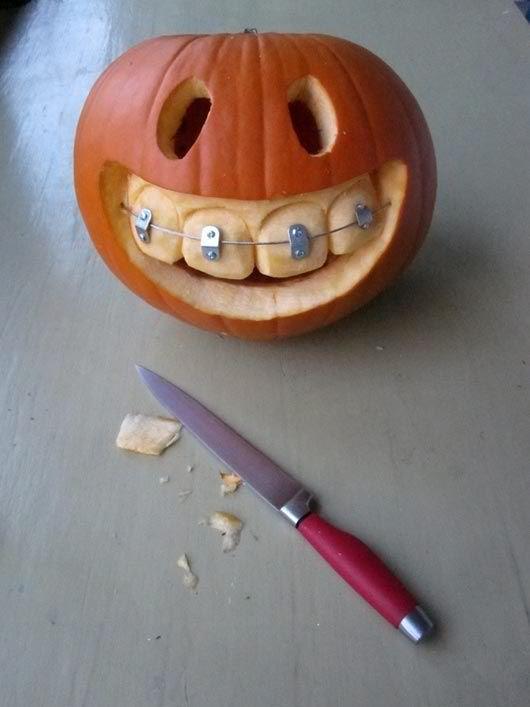 Halloween Deko-Tipp für Zahnärzte und Spangenfans: Brackets für den Kürbis