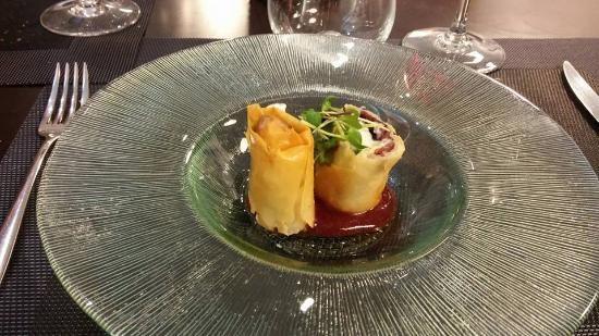 Crujiente de cecina y queso de cabra con compota de peras al vino