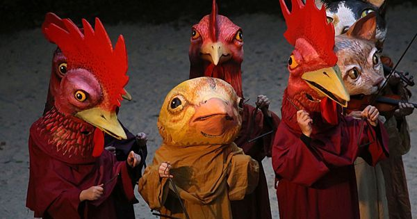 Chicken playing tria - Chicken playing triangles_invisible earth_by lee capps --- #Theaterkompass #Theater #Theatre #Puppen #Marionette #Handpuppen #Stockpuppen #Puppenspieler #Puppenspiel