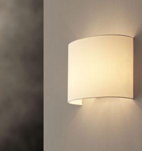 SARA è una lampada da comodino con paralume tondo e struttura in metallo nichel spazzolato, semplice ed elegante anche nella versione plissé