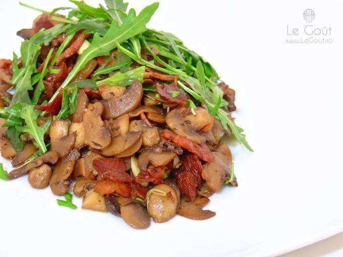 Ciupercute champignon cu bacon in sos de vin (Champignon mushrooms with bacon in wine sauce)