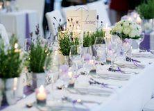 feste feiern Tegernsee, Hochzeit, Freihaus Brenner, Empfang und Dinner, Tischdekoration auf langen Tafeln, Lavendel in Eisentöpchen