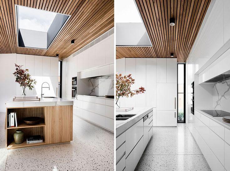 Sala de jantar com teto de madeira e clarabóia   – casa pinheiros