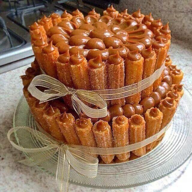 Aprenda a fazer o bolo de churros famoso do chef Bruno Veloso. Bolo com churros fritos e muito doce de leite.