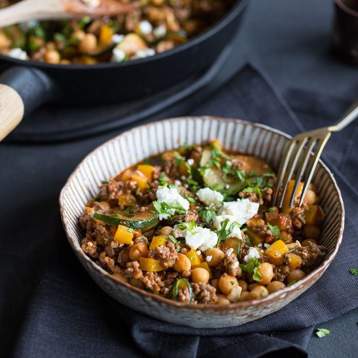 Der Hunger ist groß und die Lust zu kochen ist klein. Abhilfe schafft diese Kichererbsen-Pfanne mit Rinderhackfleisch, Gemüse, Feta und frischen Kräutern.