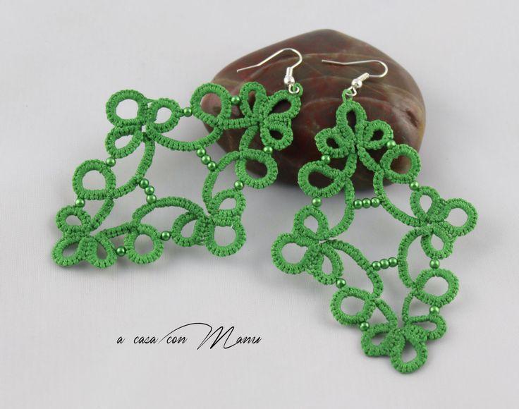 Orecchini in pizzo chiacchierino, lace tatting earrings, verde, green, orecchini pendenti, bijoux, per lei, idea regalo, fatto a mano by Acasaconmanu on Etsy https://www.etsy.com/ca/listing/505041439/orecchini-in-pizzo-chiacchierino-lace