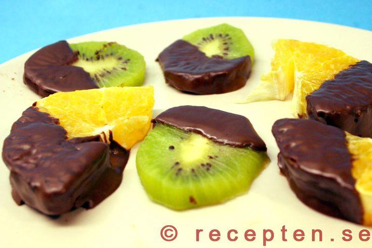 Chokladdoppad frukt - Gott recept med lågt GI på frukt doppad i choklad. Gott som godis eller garnering på bakverk.