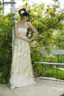 Abito da sposa di alta sartoria con fiori decorati e senza spalline. Sogna con noi e guarda tutta la collezione...  >> http://www.lemienozze.it/gallerie/foto-abiti-da-sposa/img25839.html