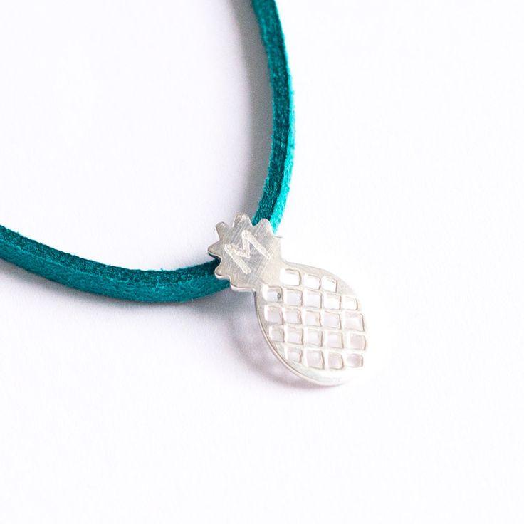 Collar con piña de plata personalizada con inicial. Joyas grabadas, joyas personalizadas, regalos originales, joyas con nombre. Entregas en 24h.